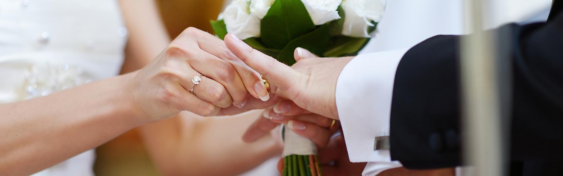 header-choosing-ring